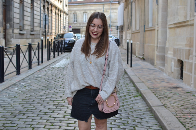 pull oversize American Vintage, jupe noir Pull and Bear, collier Louyetu et Backstage store, sac rose Hyloa