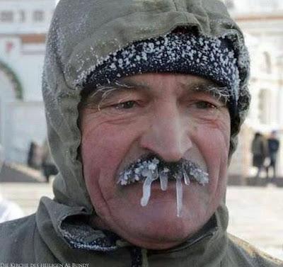 Lustiger Mann mit Eiszapfen am Oberlippen Bart - Witzige Menschen im Winter