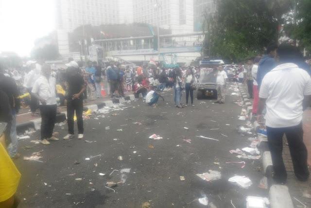 Sampah Berserakan Usai Aksi 412, Taman Bundaran HI Pun Rusak