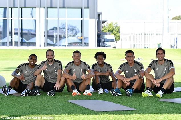 Ronaldo hứng khởi trong buổi tập đầu tiên cùng Juventus 6