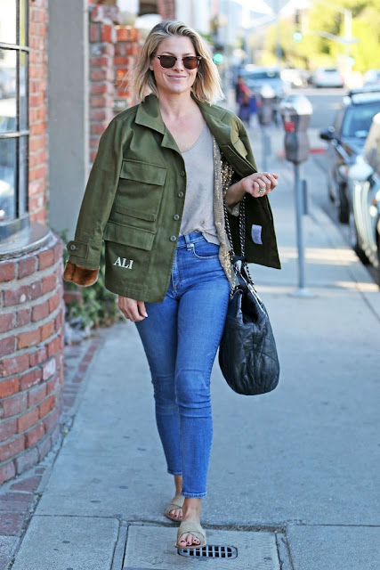 Ali Larter Christmas Shopping Picture