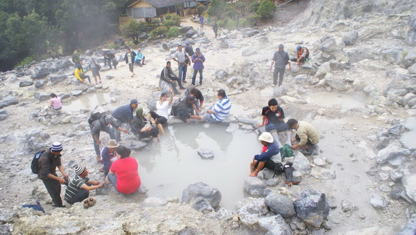 Pijat dan mandi lumpur di Kawah Domas