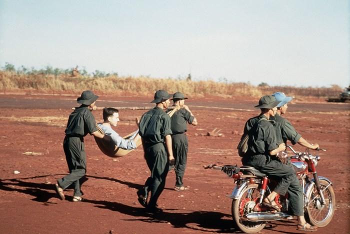 Ngạc nhiên tính năng mũ cối, mũ tai bèo của bộ đội VN - Ảnh 1