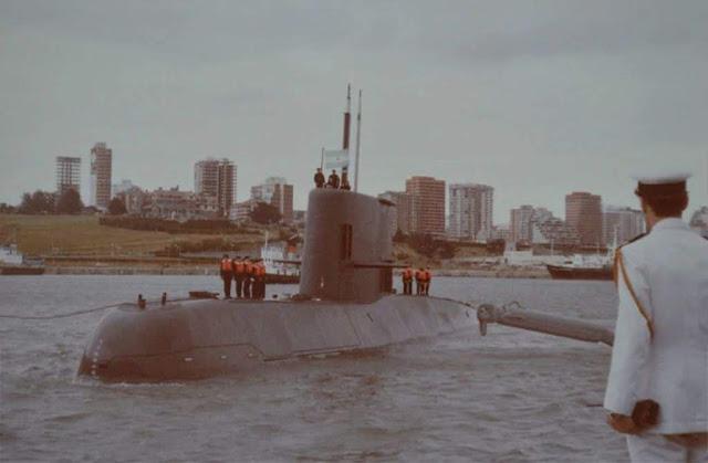 El ARA Santa Cruz llegando a la Base Naval Mar del Plata, el 14 de diciembre de 1984