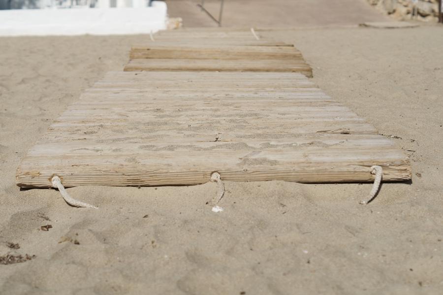 Blog + Fotografie by it's me! - Reisen - La Isla Blanca Ibiza, Santa Eurlaria - Holzmatte im Sandstrand
