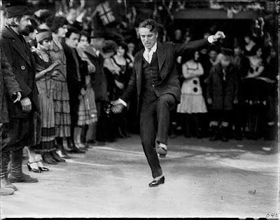 Чаплин показывает актерам, что им нужно делать в танцевальной сцене