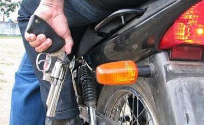 Resultado de imagem para simulação bandidos em uma moto bros com arma na mao tomando celular de assalto