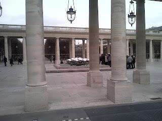 La sculpture moderne entre les colonnes, avant les jardins.