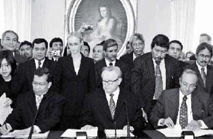 Penandatanganan Perjanjian Damai Aceh di Helsinki pada tanggal 15 Agustus 2005. Perjanjian ini membuka babak baru bagi perdamaian di Aceh setelah dilanda konflik berkepanjangan.
