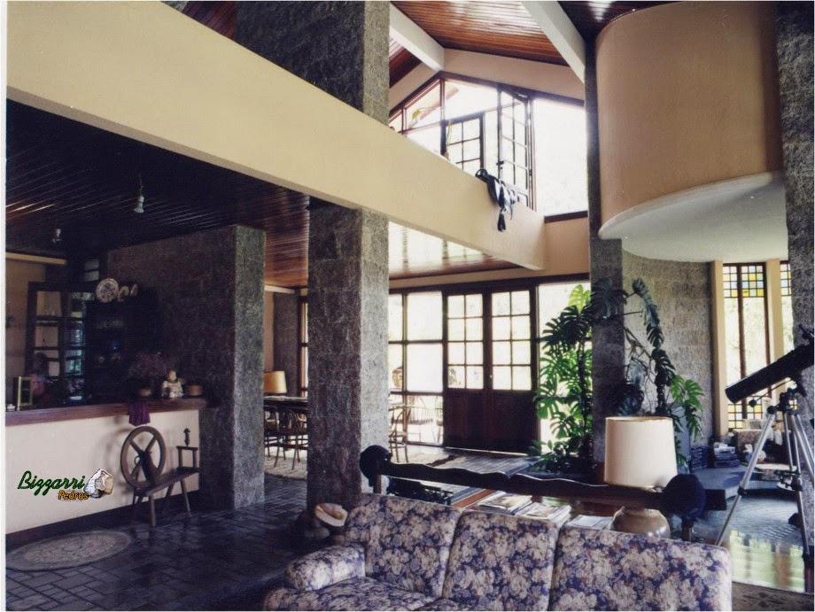 Parede com pedra de granito cortada a mão executada em sala de estar em residência com até sete metros de altura e 40 centímetro de espessura.
