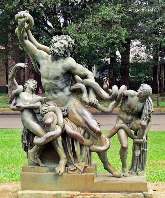 Escultura em bronze Laocoonte e seus filhos no Parque Ibirapuera