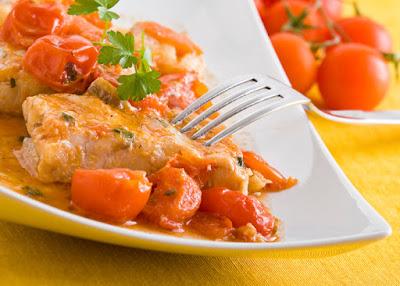 سمك فيليه بالطماطم والأعشاب