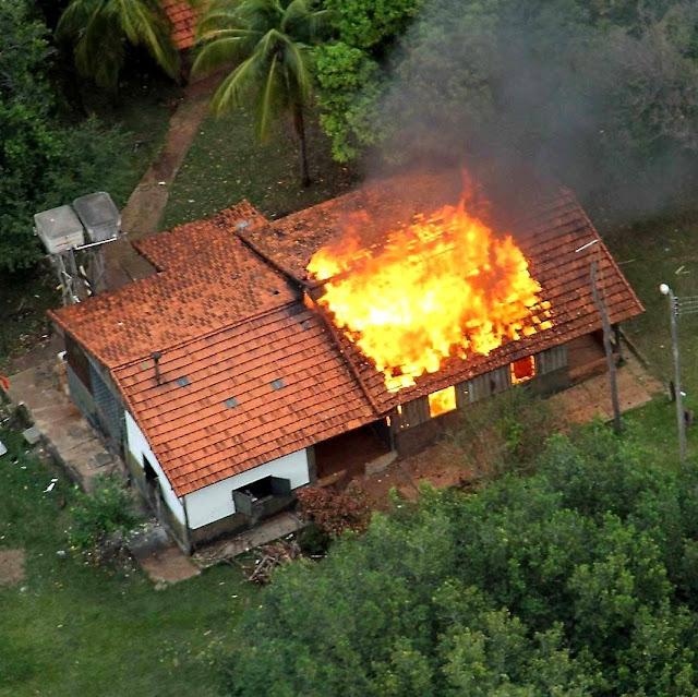 Fazenda Buriti invadida e incendiada por índios teleguiados pela nova missiologia de luta de classes, em Sidrolândia, MS