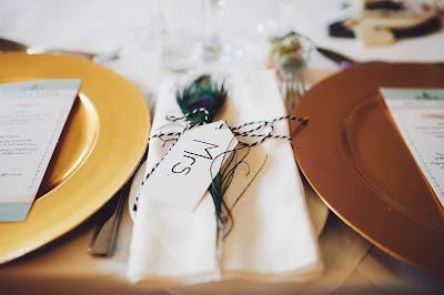 Platos excesivamente juntos en una mesa de boda