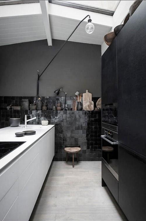 Blog Leuchtend Grau: Schwarze Fliesen und schwarze Wandfarbe in der Küche