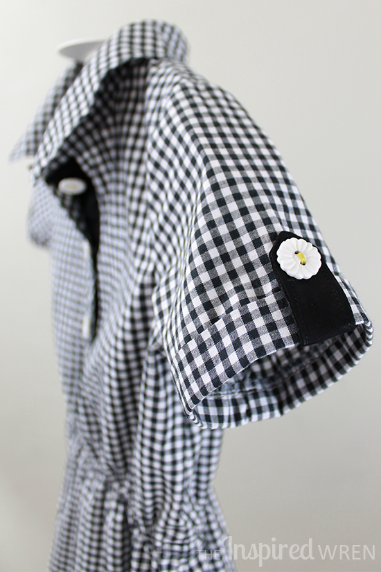 Perfect details: white flower buttons with yellow thread on black& white gingham | The Inspired Wren