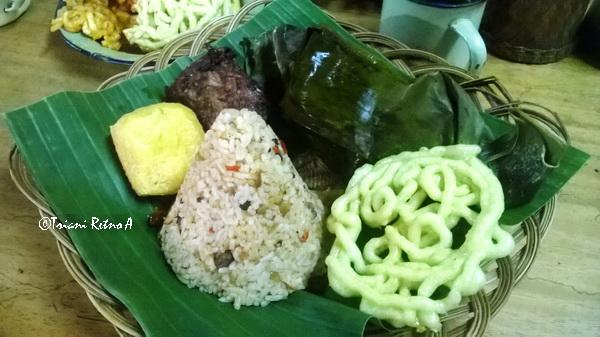 Bobotoh-nasi-tutug-oncom-makanan-khas-Sunda
