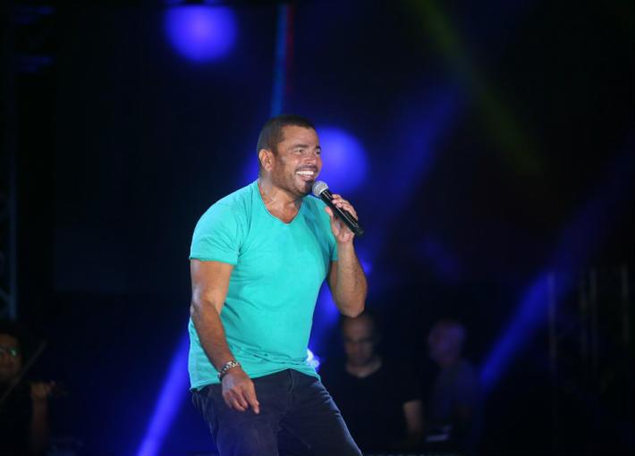 عمرو دياب يضرب الحارس الشخصي بسبب معجب