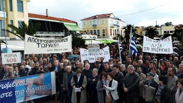 Greek islanders protest detention of refugees on Lesbos
