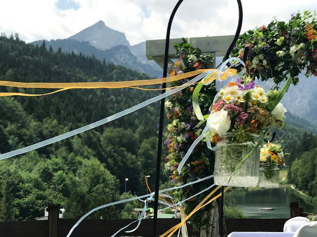 Trauung unter der Alpspitze, Bunte Wiesenblumenhochzeit im Riessersee Hotel Garmisch-Partenkirchen, heiraten in Bayern, zwei Bräute, Regenbogen