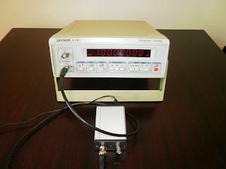 A frequência do sinal de saída do GR10M-S a ser medida com um frequencímetro.