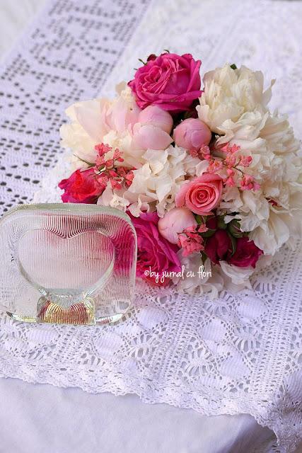 buchet cu flori roz inima si dantela