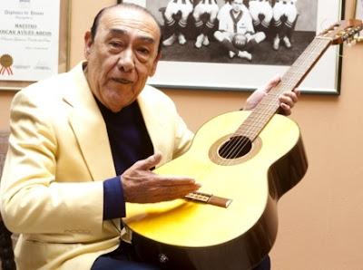 Foto de Oscar Avilés y su infaltable guitarra