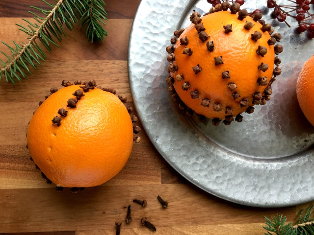 How to Make Pomanders How to make pomanders: oranges studded with whole cloves. They have an old fashioned charm to them and a lovely scent that will last beyond the holiday season.