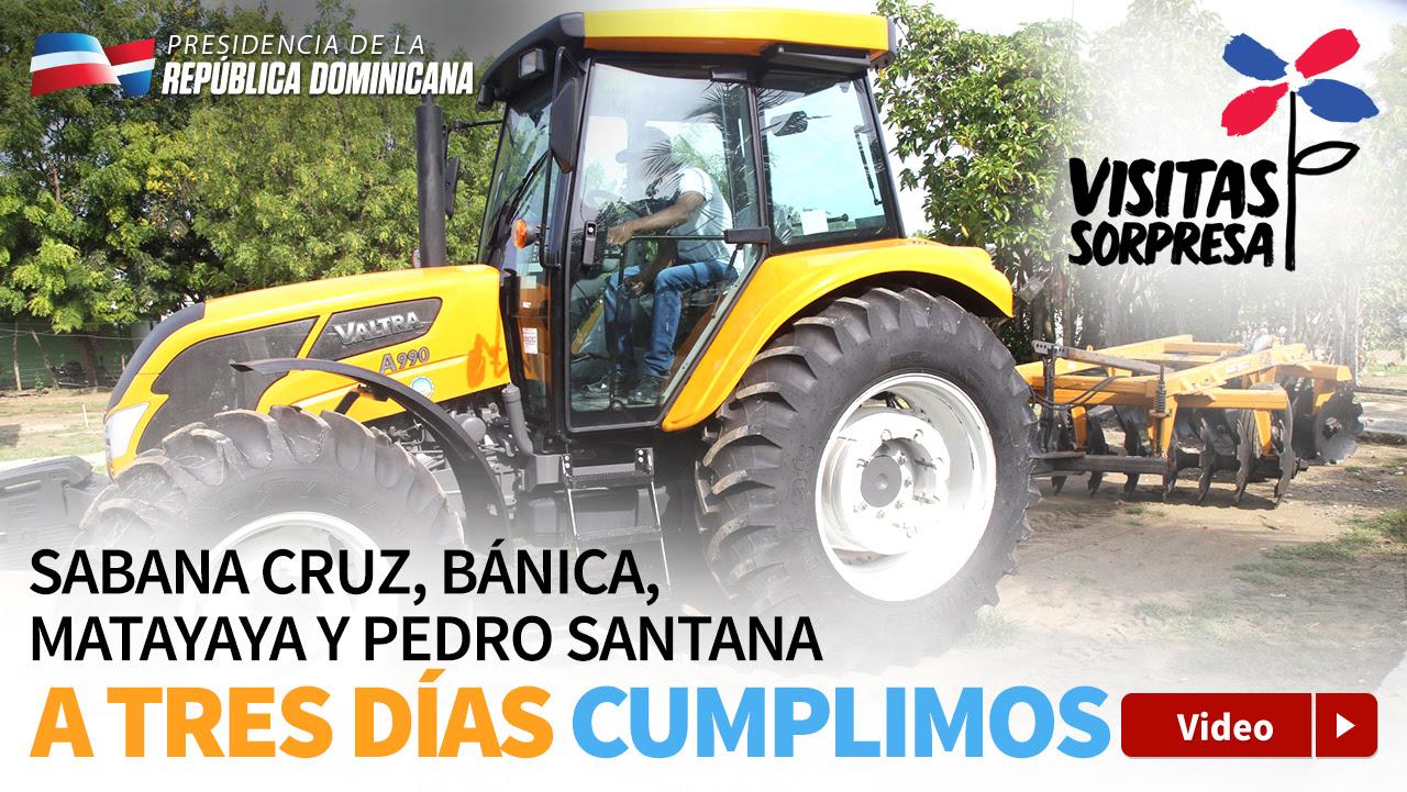 Compromiso cumplido: gente de Elías Piña recibe autobús, tractor y 5 mil pollitas ponedoras
