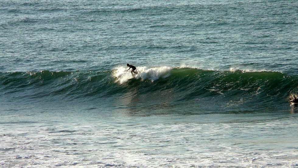 surfista cogiendo una ola de derechas en sopela