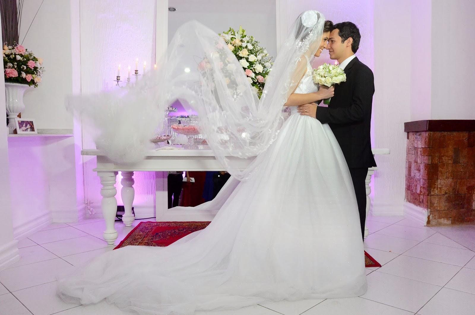 festa - recepção - noivos - noivos apaixonados - decoração - decoração da festa - bouquet - véu - mesa do bolo