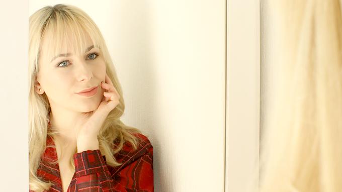 blond włosy z grzywką, popielaty blond, czerwona bluzka w kratę,