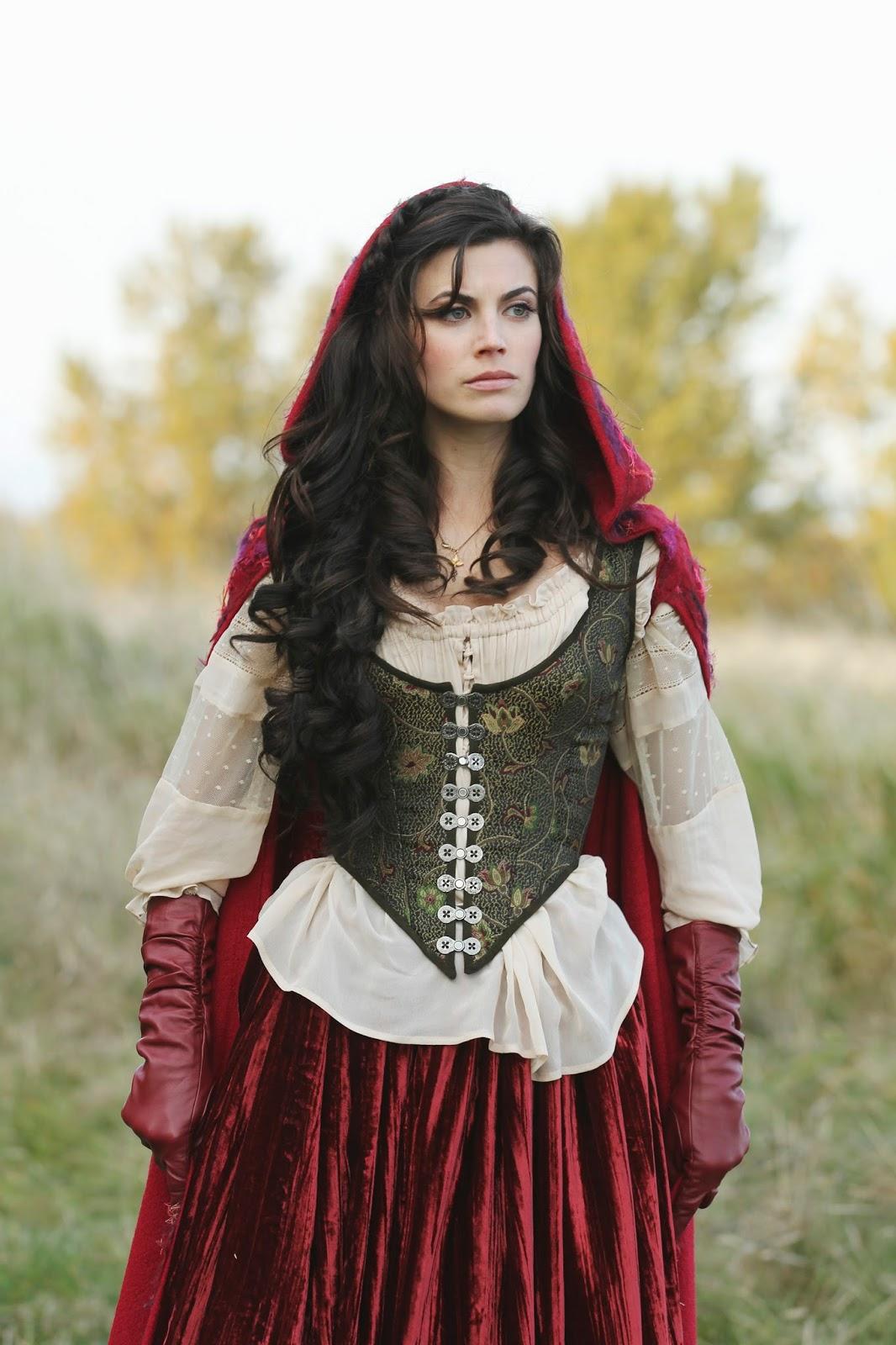 No caso dessa personagem ela era recorrente na primeira temporada e na segunda passou a ser regular.