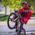 Piloto  busca superar recorde mundial empinando uma bicicleta, por 12 horas