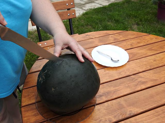 przekrojenie arbuza jest wstępem do jego skonsumowania