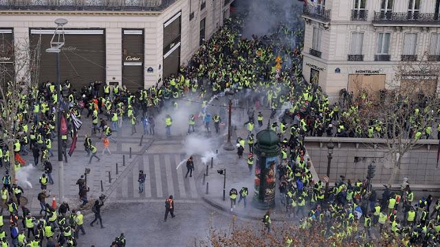 «Κίτρινα Γιλέκα»: Δακρυγόνα και οδομαχίες στο Παρίσι (live)