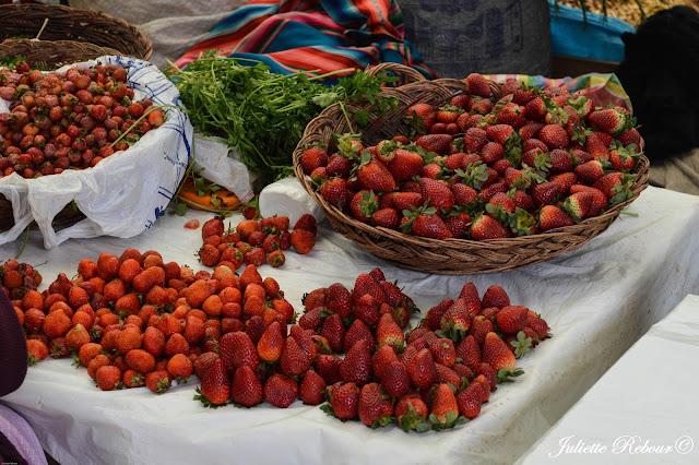 Fraise sur le marché péruvien dans la vallée sacrée