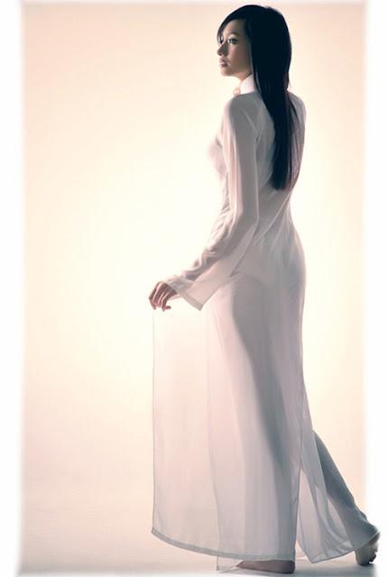 Nữ sinh với áo dài mỏng nhìn rõ đồ lót 2