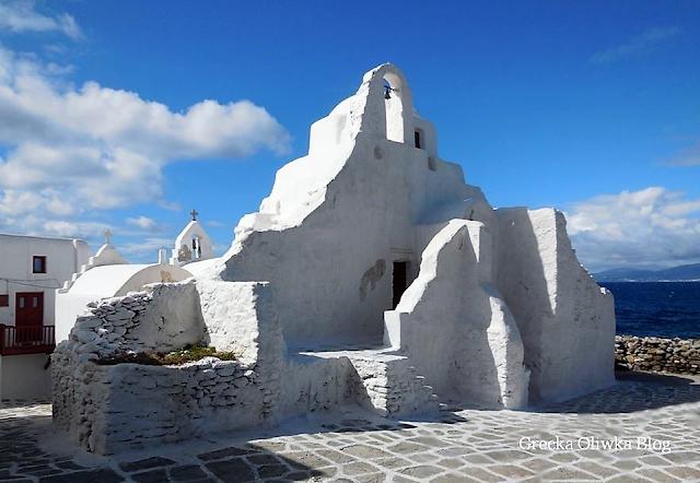 Biała zabytkowa cerkiew na tle greckiego morza i nieba, Mykonos Cyklady Grecja.