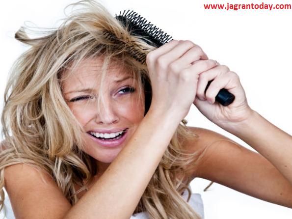 उलझे घुंघराले बालों को सीधा करें