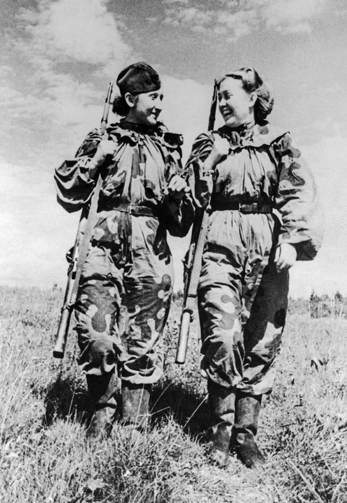 Snipers C. Bykova and R. Skrypnikova return from a combat assignment. 1943.