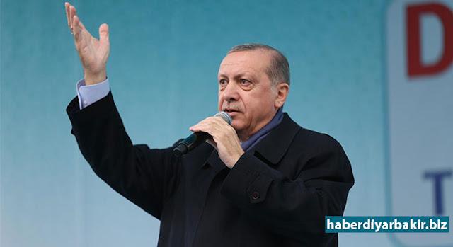 DIYARBEKIR-Serokomar Recep Tayyîp Erdogan di bergeha xebatên referandûma ku dê di 16ê Nîsanê de bê kirin de çû Diyarbekirê û bi xelkê re hat bal hev.Erdogan di mîtînga ku beşdarî bû de xîtabî xelkê kir.
