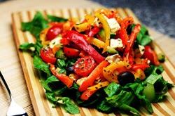 Paprikų salotos su sūriu ir vynuogėmis
