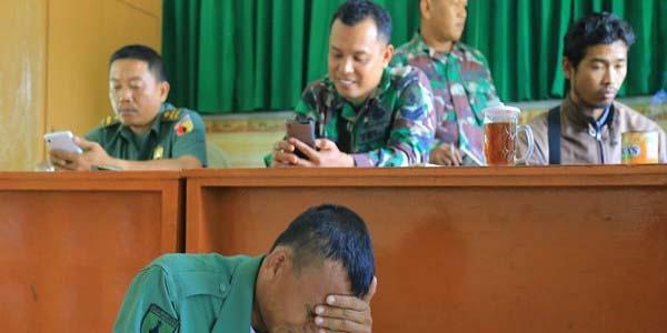 Pria Mengenakan seragam TNI Ini Menangis, Banyak Photo Perempuan di Tasnya