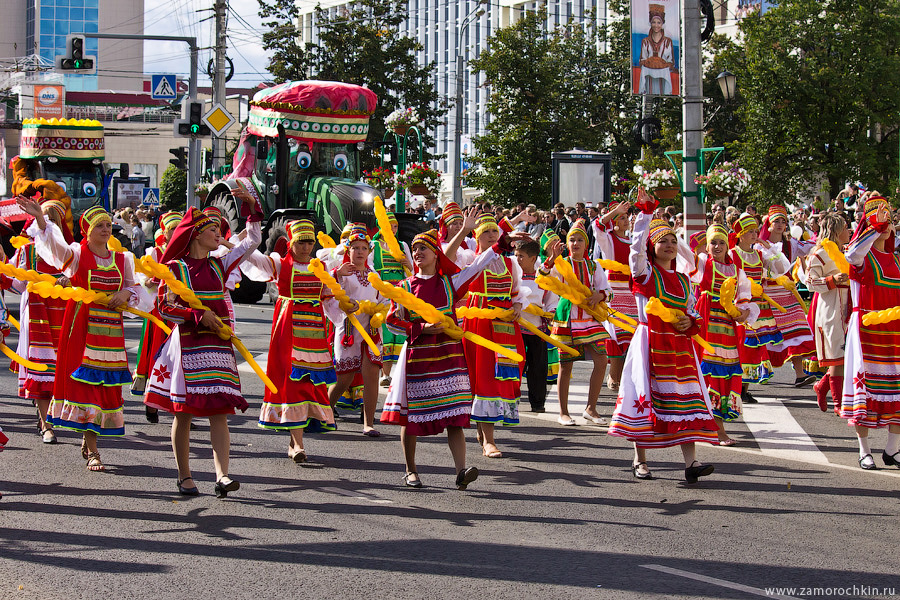 Девушки с булками и батонами. Участники парада в честь тысячелетия единения мордовского народа с народами России