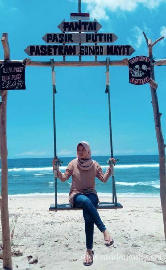 Spot Instagramable di Pantai Pasetran Gondo Mayit