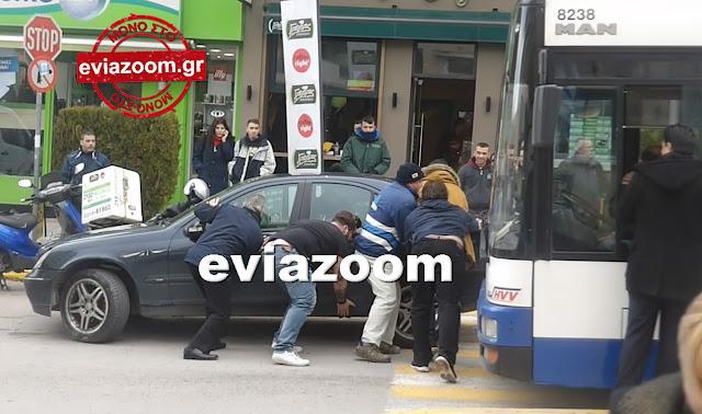 Χαλκίδα: Πολίτες σήκωσαν στα χέρια παράνομα σταθμευμένο αυτοκίνητο για να περάσει λεωφορείο - Απίστευτες εικόνες στο κέντρο της πόλης (ΦΩΤΟ & ΒΙΝΤΕΟ)