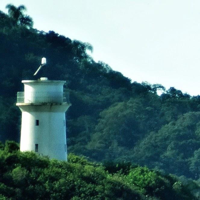 Farol da Ilha de Santa Catarina, na Praia de Naufragados, em destaque. Vista da Praia do Sonho, em Palhoça