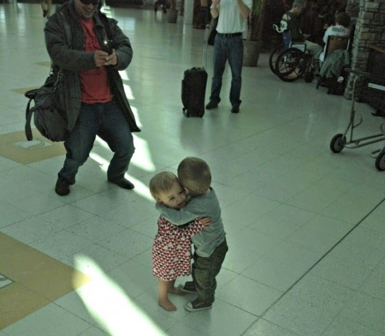 25 Photos Of People Who Will Inspire You - These two toddlers who had never met before, but decided to hug it out in the middle of an airport terminal.