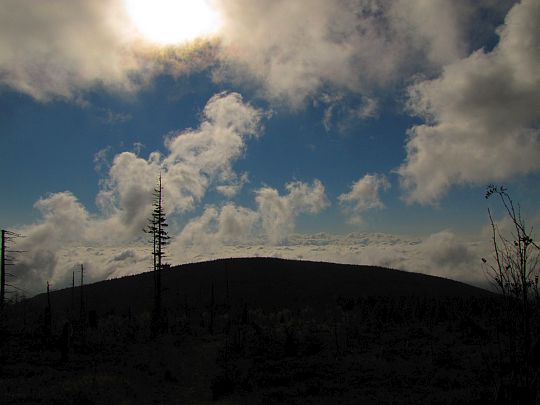 Kopulasty Czyrniec, a za nim poszarpane chmury aż po horyzont.